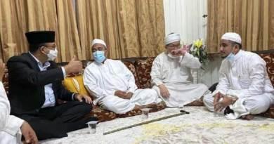 Gubernur DKI Jakarta Anies Baswedan bersilaturahmi dengan Habib Rizieq Shihab.