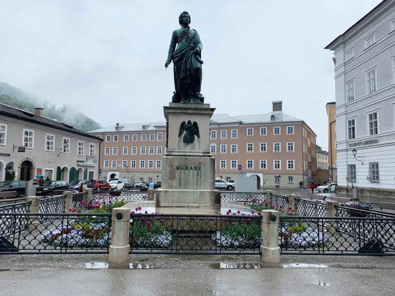 Mozartplatz - Mozart statue