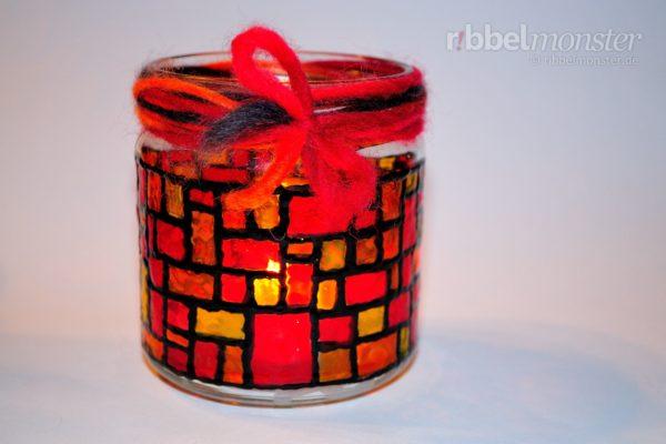 Weihnachtliches Mosaik Windlicht basteln - gratis Bastelanleitung