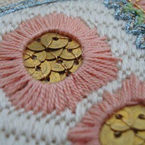 ricamo in lana e paillettes montate a mano