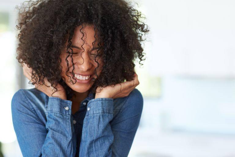 Sopravvivere alla pioggia con i capelli ricci? 5 consigli anti umidità per combattere l'effetto crespo