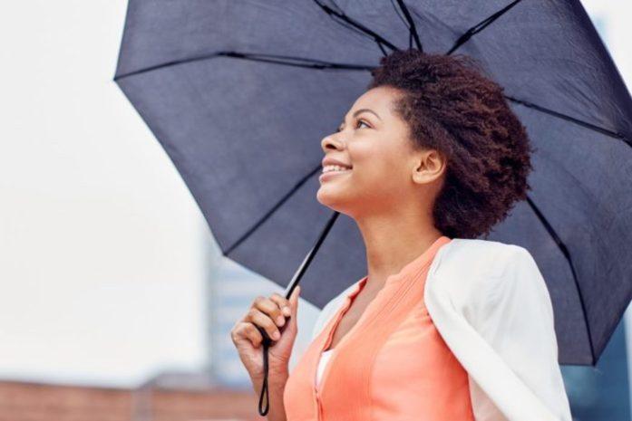 8 situazioni che solo le donne con i capelli ricci possono capire: l'ombrello come parte integrante del tuo corpo