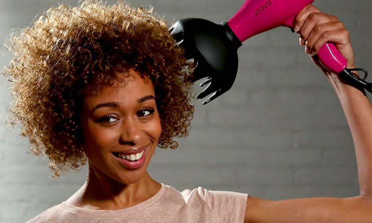 Come asciugare i capelli ricci? Tecniche e consigli per ricci definiti e voluminosi