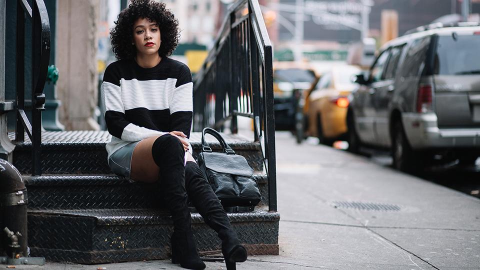 Qual è il look giusto per esaltare i capelli ricci? Un trend di stagione, gli stivali overknee!