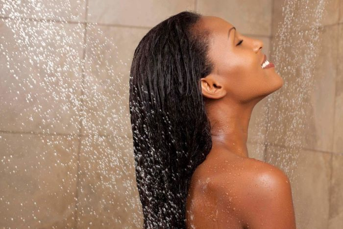 I 7 peggiori errori da evitare se hai i capelli ricci: lavare i capelli ricci con acqua calda