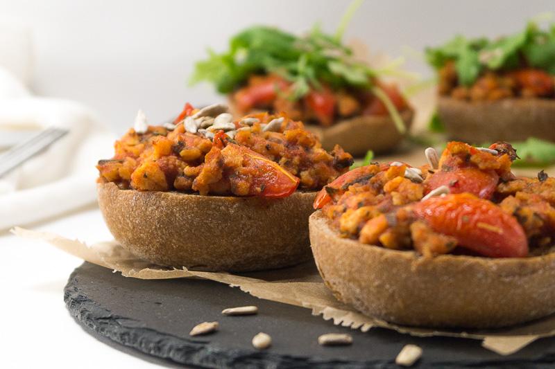 Veganes Fast Food? Klar geht das! Wenn es schnell gehen muss, gibt es bei mir vegane Pizzabrötchen - easy peasy zubereitet und superlecker. Klick dich zum Rezept oder speichere es ab für später.