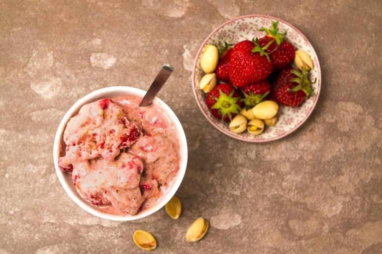 Suchst du noch nach dem perfekten Rezept für veganes Eis? Nun, du hast es gefunden. Dieses vegane Erdbeer-Pistazieneis ist superlecker und lässt sich mit jedem Geschmack erweitern. Klick dich zum Blog oder speichere das Rezept für später.