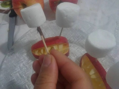 Dentiere di mela, un dolcetto per Halloween - 14729404_1254370097930027_2771847025305481165_n
