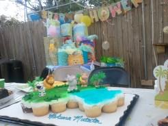A hakuna matata cupcake cake