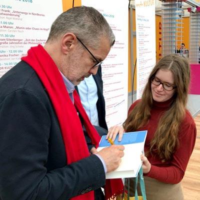 Richard C. Schneider auf der Buchmesse Leipzig beim Signieren der ersten Bücher