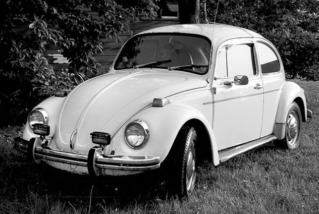 My 1973 Volkswagen Beetle sits in the front yard of the rooming house where I lived in early 1985.