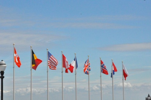 Vlaggen verwelkomen de toeristen...