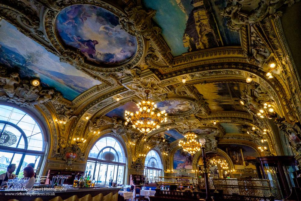 le train bleu interior ceiling