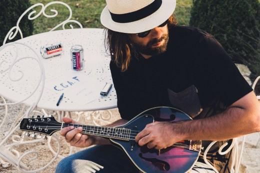 autoportrait à la mandoline et à la bière Vedett