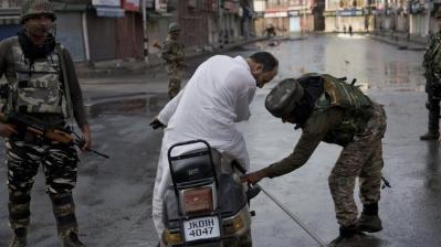Security Check in Kashmir (AP)