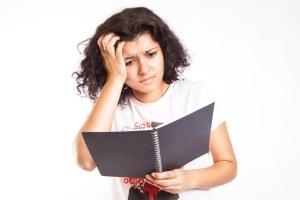 confused-lady-looking-at-notebook-vocabulario-en-inglés