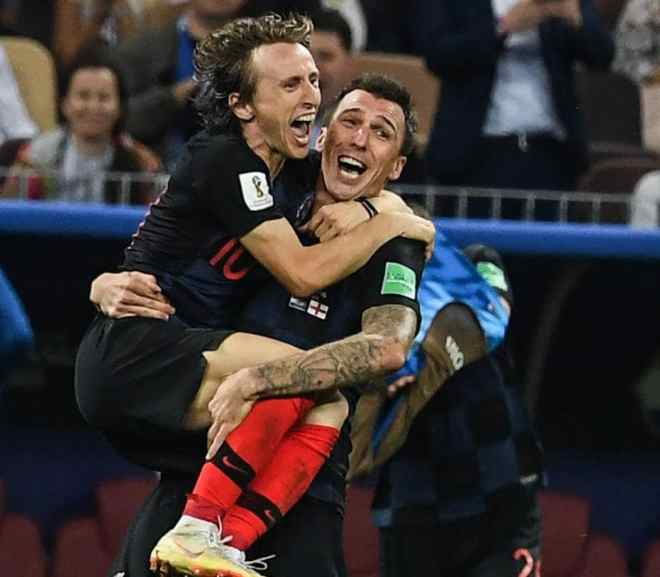mario mandzukic carrying luka modric