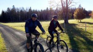 kaci hickox riding bike with her boyfriend--vocabulario en inglés defiant