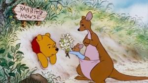 pooh-stuck-in-rabbit-hole-roo-offers-him-flowers-vocabulario-en-inglés