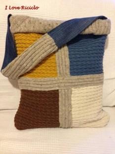 borsa con maglione e stoffe