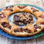 Corona de hojaldre con bacon, dátiles y nueces -1