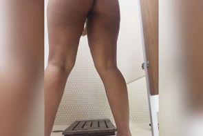 ROSE MONROE tomando una ducha