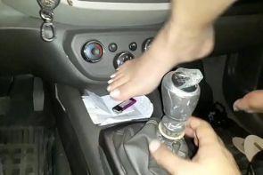 Se mete el engranaje del auto en la vagina