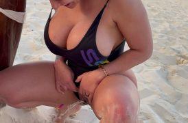 Yini leon orinando en las playa de Puerto Rico