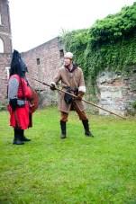 Ridder Maarten laat even zien bij ridder Danny waar de speer hoort te komen...