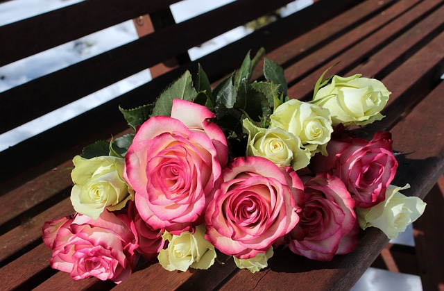 Kit du Gentleman : Un bouquet de roses posé sur un banc