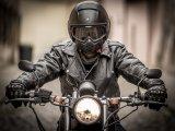 Un motard portant un Perfecto