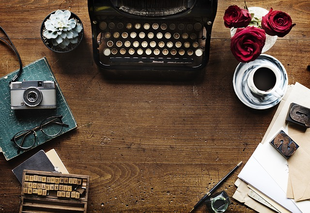 Vintage : quelques objets vintage : une machine à écrire, un vieil appareil photo et divers accessoires