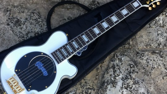 Guitare avec ampli intégré