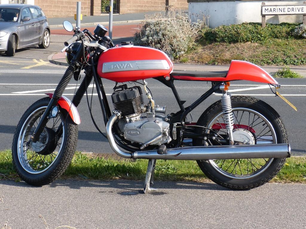 Une moto de marque Jawa type Café Racer