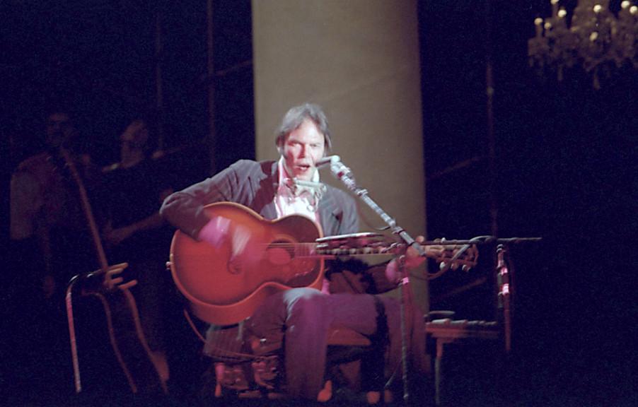 Neil Young : seul sur scène, guitare électro-acoustique en mains