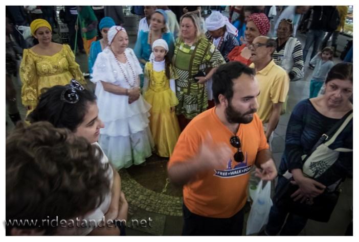 Wirklich klasse, während der Free Walk Tour, bekommen wir den Mosaikkreis auf dem Boden der Markthalle erklärt. In diesem Moment, werfen die gut gekleidetetn Damen (aus welchen genauen Gründen ist ungeklärt) Geldstücke grosszügig in diesen Kreis. Kaum sind die Damen weg......