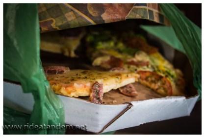 Wenn man abends 2 kleine Pizzen bestellt, die aber mit gefühlten 2 Kilo Käse belgte sind, dann bleibt die Hälfte über. Also mitgenommen und nächsten Mittag gegessen. Erstaunlicherweise ist die Pizza dann fast leckerer.