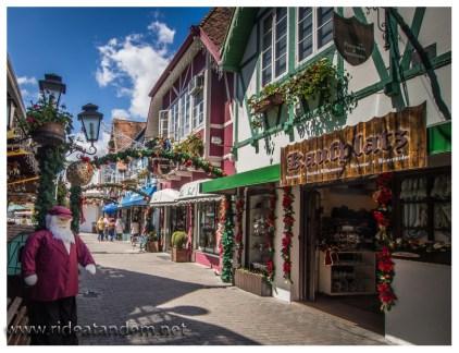 """In Blumenau gibt es ein künstliches """"deutsches"""" (eher bayrisches) Dorf. Die ganze Zeit läuft Rummtata-Musik und der Weihnachtsmarkt fängt direkt nach dem Oktoberfest an."""