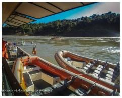 Mit kleinen, aber recht flotten, Booten geht es auf dem Fluss direkt an die Wasserfälle