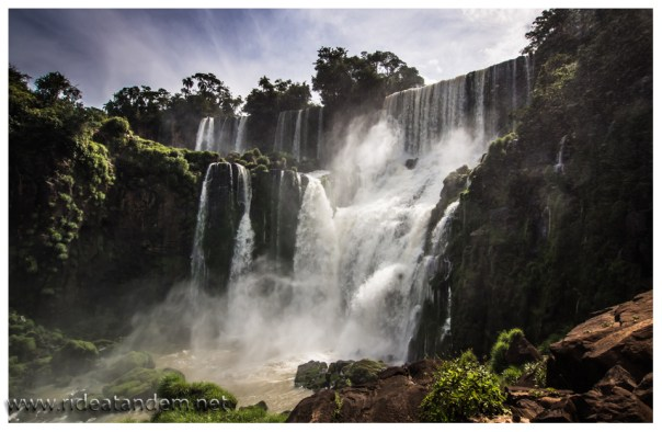 Auf der Argentinieschen Seite kommt man besser und deutlich näher an das strömende Wasser ran.