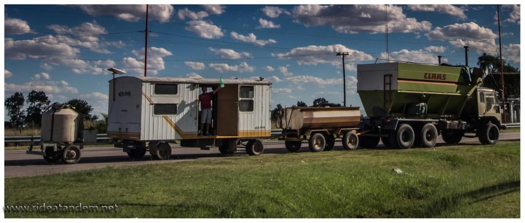Dies ist die argentinische Variante der Roadtrains. Mich erinnert dies mehr an Brio-Holzeisenbahn, tatsächlich sind es aber Erntearbeiter, die von Hof zu Hof ziehen und bei der Ernte mit ihren Maschinen unterstützen. Bei deren Geschwindigkeit (nicht viel schneller als wir), wird es Tage dauern, zu einem neuen Einsatzort zu kommen.