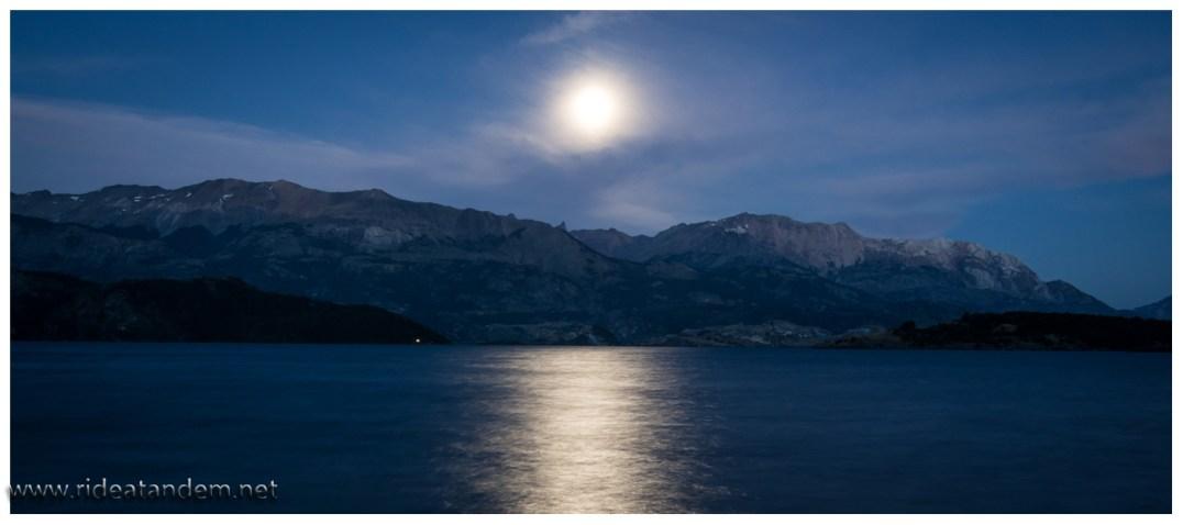 Lago General Carrera, der zweitgrösste See in Südamerika. Wir können drin baden ztun dies auch, frisch ist es. Auch das Mondlicht hilft da nicht