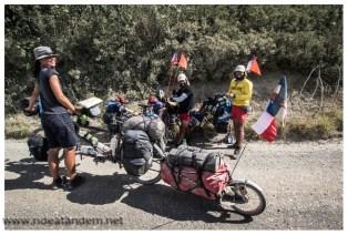 2 fröhliche chilenische Radler hetzen uns hinterher und schenken uns eine chilenische Fahne. Warum die 2 allerdings Inline-Skates mit auf eine Radreise durch Südamerika nehmen erschliesst sich uns nicht. Vor allem hier auf der Schotterpiste.
