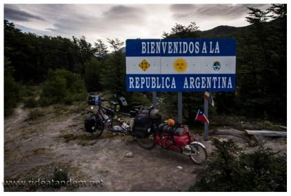 Die tatsächliche Grenze zwischen Chile und Argentinien liegt im Wald. Ab hier wird aus dem Weg ein Pfad. Wir müssen jetzt schieben und tragen.