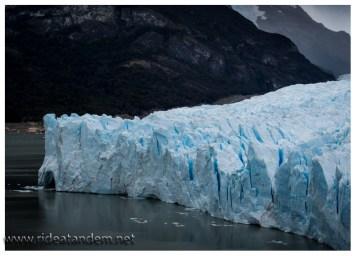 Im Grunde wächst der Perito Moreno in einen See hinein und teilt diesen in 2 Hälften.