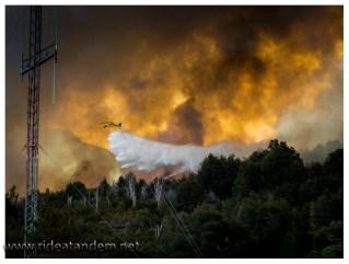 Die Flammen rücken auch dem NP-Dorf auf die Pelle. Löschflugzeuge und Helikopter scheinen auf verlorenem Posten.
