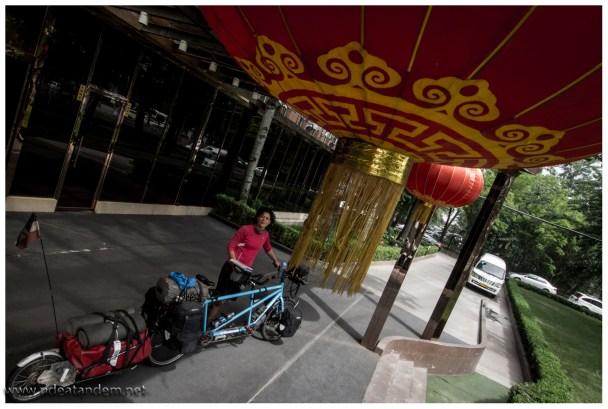 """Wir können ungestört vor dem Eingang des Hotels das Tandem aufbauen. Und sogar der """"geliehene"""" Flughafentrolley wird zurückgebracht, vom Hotelpersonal."""