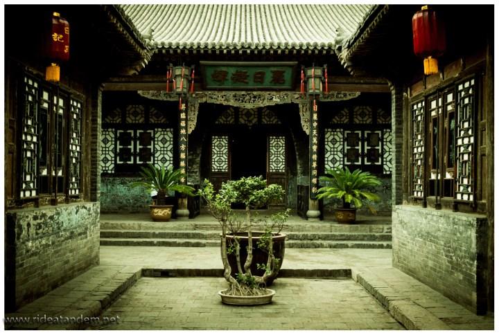 Ein Tempel, mal wieder. Für ein solches Bild ist Geduld gefragt, so ohne Touristen.
