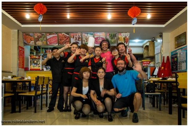 """In diesem Restaurant haben wir """"HotPot"""" gegessen. Wir wussten nicht das Chinese auch so unfasssbar scharf essen. Wir haben gerotzt und geschwitzt was nur geht. Am Ende haben wir jeder 2 Softeis geschenkt bekommen, das mildert den """"Schmerz"""". Ein Gruppenphoto musste noch sein."""