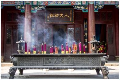 In Tempelanlagen lieben sie die Räucherstäbe, teilweise ist der Name Räuchermast eher angebracht.
